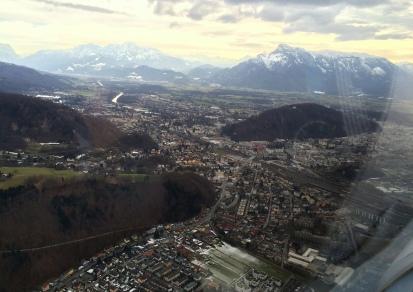 Salzburg vor dem Überflug der Piste. (LOWS)